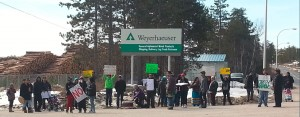 Protest at Weyerhaeuser Kenora March 2015 zoom